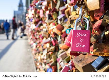 Liebesschlösser am Brückengeländer
