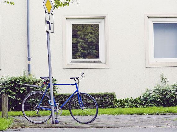 Fahrrad am Laternenpfahl | Foto: markusspiske, pixabay.com, CC0 Creative Commons